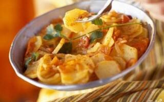 Картопля тушкована з куркою і овочами