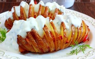 Картопля з копченою грудинкою в духовці