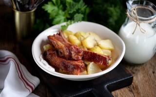 Картопля з грудинкою в духовці