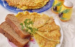 Терту картоплю з яйцем на сковороді
