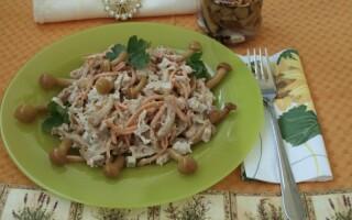 Салат з маринованими опеньками і картоплею