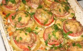 Картопля запечена з м'ясом і помідорами