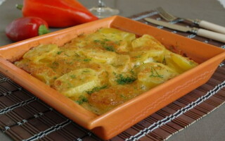 Картопля у вершках на сковороді