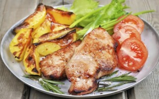 Ескалоп зі свинини в духовці з картоплею