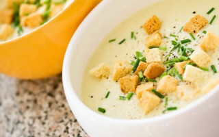 Суп пюре з картоплі з грінками