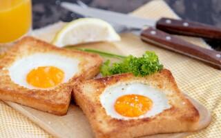 Сніданок з яєць і хліба на сковороді рецепт з фото крок за кроком