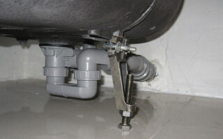 як полагодити трубу у ванній від протікання