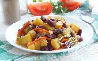 Тушкована картопля з консервованою квасолею