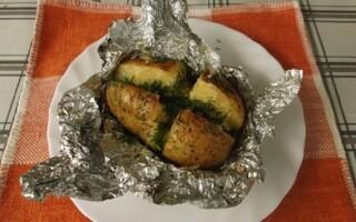 Картопля зі свининою в духовці у фользі
