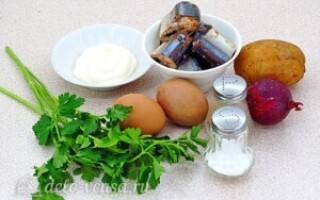 Салат з сайри консервованої з яйцем і картоплею
