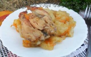 Тушкована картопля з куркою в казані