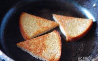 Чорний хліб з яйцем на сковороді рецепт