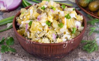 Салат з картоплею і солоними огірками і яйцями