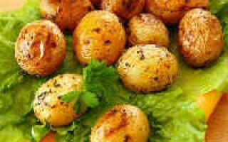 Молода картопля запечений в духовці у фользі