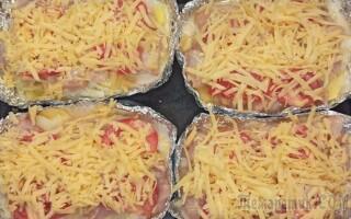 Куряче філе з картоплею на сковороді