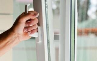 як полагодити вікно пластикове якщо стулка з паза випала