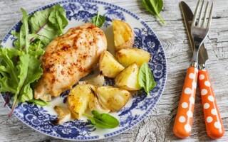 Куряча грудка з картоплею і сиром в духовці