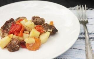 Картопля з м'ясом і овочами в духовці