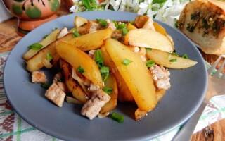 Картопля з фаршем на сковороді