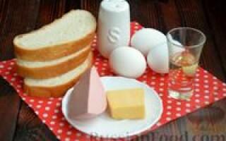 Сніданок з яєць і хліба і ковбасою і сиром рецепт