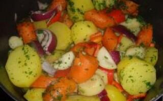 Картопля тушкована з овочами