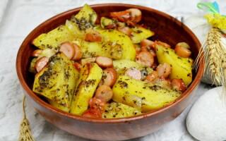 Картопля з сосисками в духовці