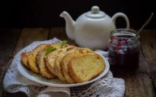 Грінки з білого хліба з яйцем і молоком на сковороді солодкі рецепт з фото
