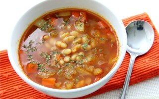 Квасолевий суп з консервованої квасолі без картоплі