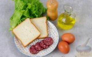 Хліб яйця ковбаса рецепт на сковороді