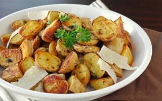 Молода картопля варився в каструлі