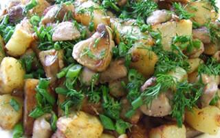Картопля з замороженими грибами на сковороді