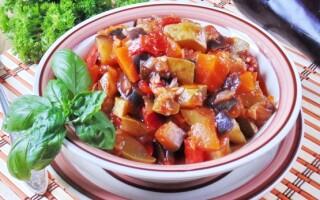 Рагу з баклажанів і картоплі з м'ясом і перцем болгарським