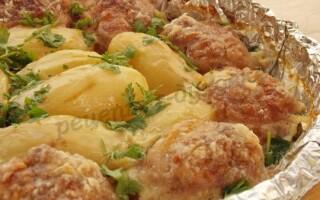 Картопля з котлетами в духовці